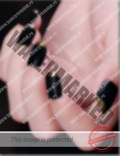 modele-unghii-negre-CU-AURIU-7
