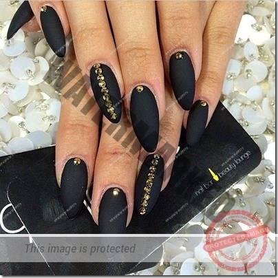 unghii-negre-cu-pietricele-1