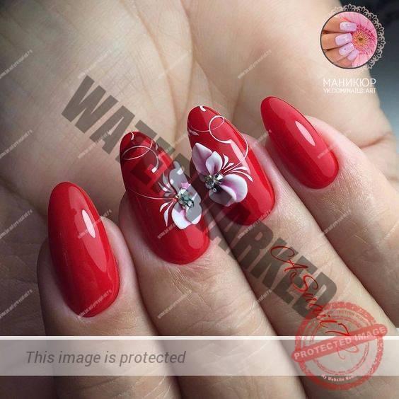 unghii rosii migdala cu model flori si strasuri